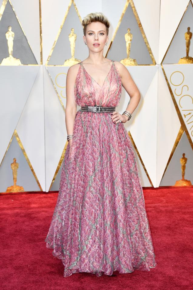 Scarlett Johansson inAlaïa (by Frazer Harrison/Getty Images)